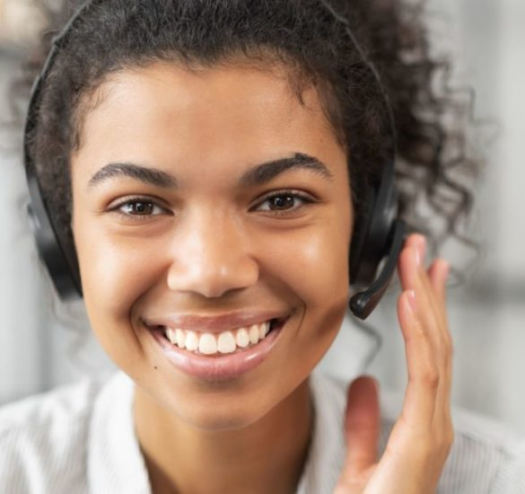 Une salariée de l'équipe de CBL Réagir répond aux clients au téléphone